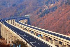 这就是中国特色收费高速公路 一看惊了一下