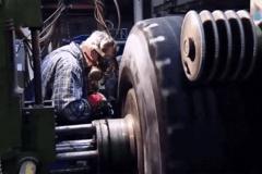 欧美巨型废旧轮胎回收之后 被工厂精细处理!